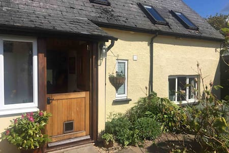 Cosy self-contained annexe in old Devon cottage.