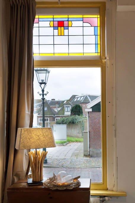 authentieke details in het pand zoals de gezellige glas in lood ramen