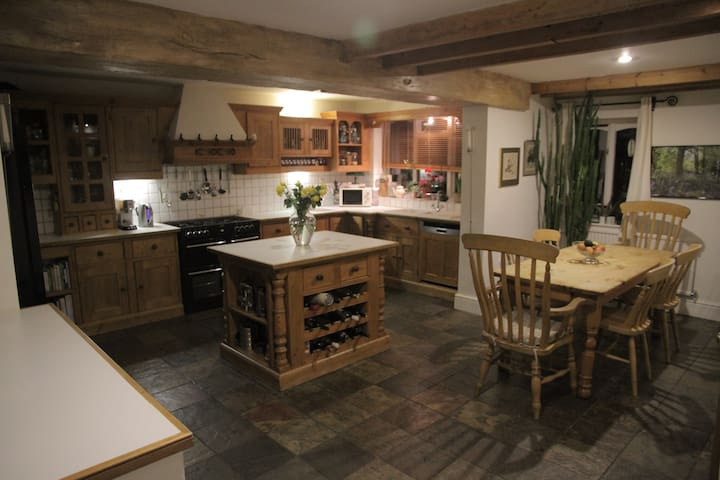 Farmhouse house conversion in countryside village - Quorn - Talo