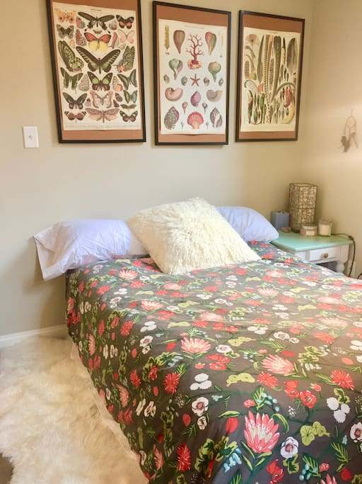 Bedroom w/ 1 full bed