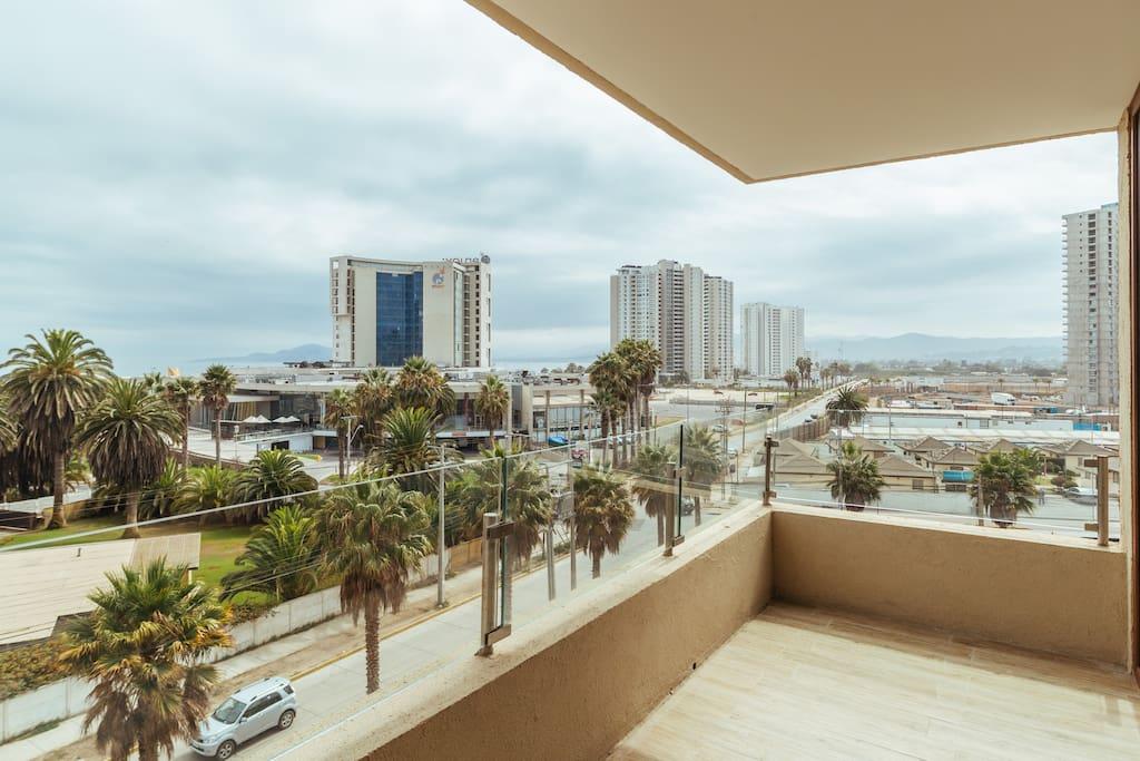 Tiene una vista fabulosa para el casino, la bahía de Coquimbo y la Serena.