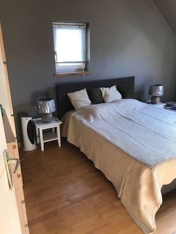 Chambre principale avec double lit queensize