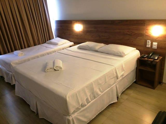 Apartamento 505 - Duas camas. Iluminação central, periférica e de descanso.