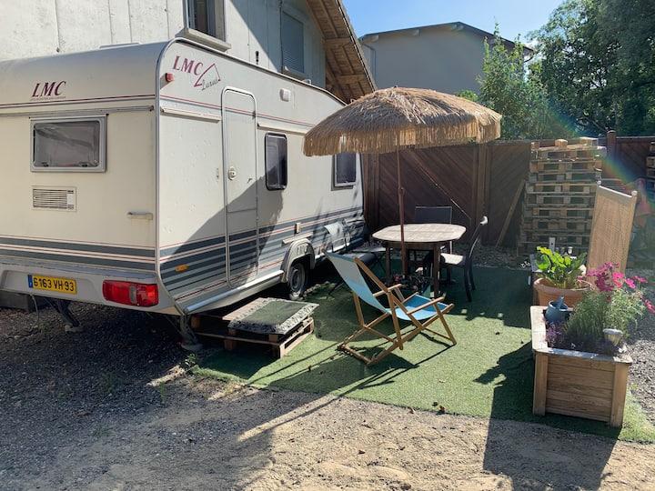 Caravane cosy avec jardin et salle de bain privée.