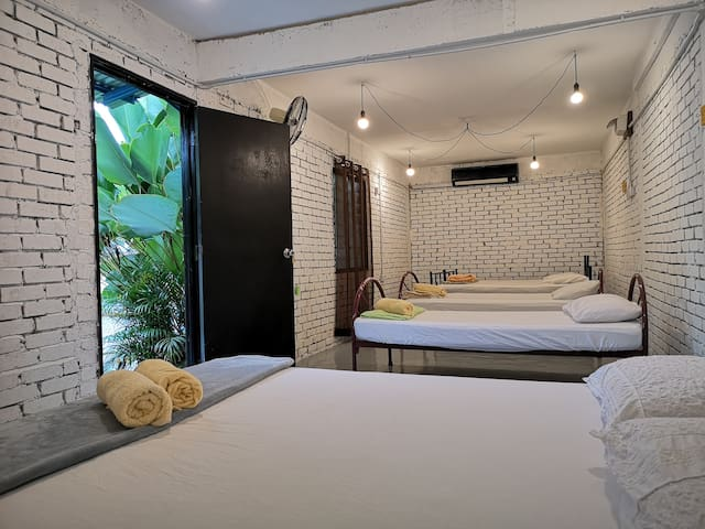 2 Jumbo Rooms. 12 Pax. 15 minutes to Jonker Street