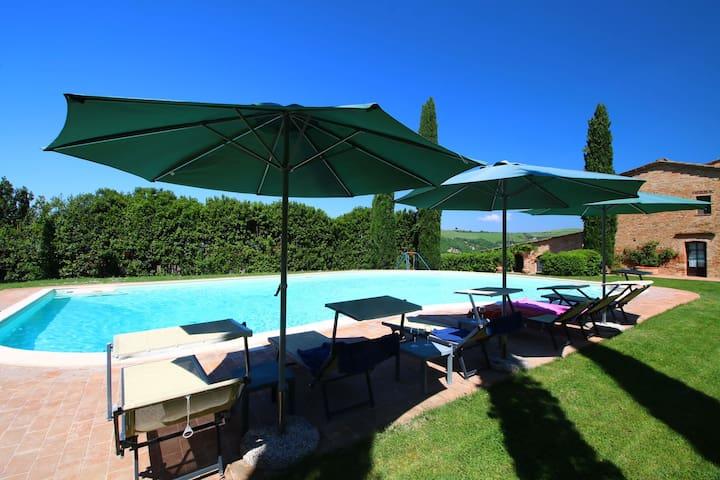 Lujosa Casa Rural en Montalcino con Piscina