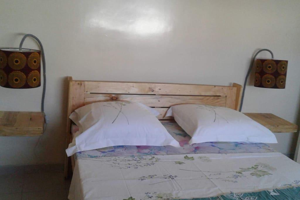Chambre climatisée: lit couple / Armoire / bien aérée