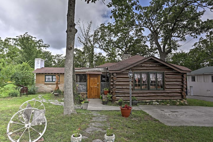 Clean 2BR Vintage Cabin - 15-20 Mins From Branson!