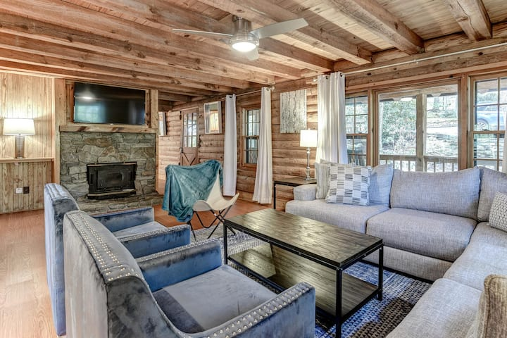 Charming, Newly Renovated Cabin with Hot Tub