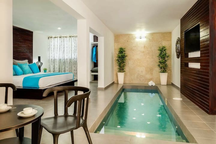ALL INCLUSIVE BLUE BAND POOL SUITE 2