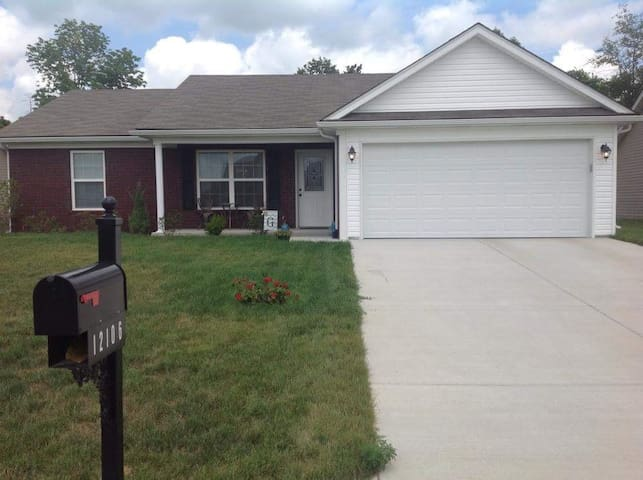 Room for rent in rural subdivision - Sellersburg - House