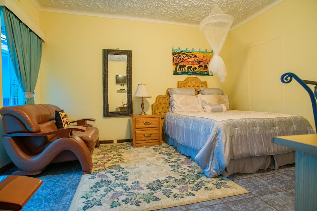 Art lodges deluxe room room 2 bed breakfasts for for Beds zimbabwe
