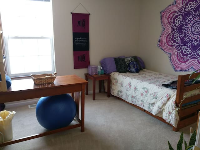 Clean, Comfortable Bedroom in Cozy Townhome - Columbia - Huis