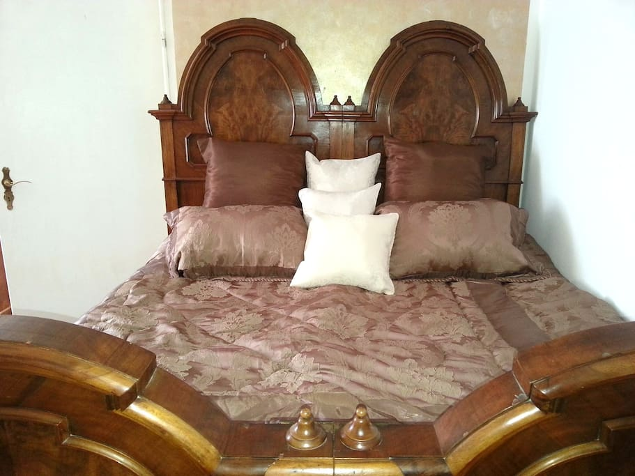 The bed is 1,80 by 1,98 cm wide with a comfy cold foam mattress