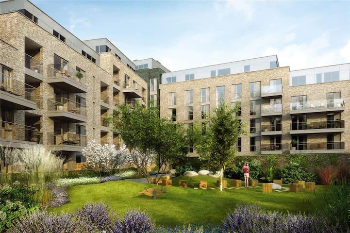 Stylish 2 bed flat with balcony in vibrant Peckham