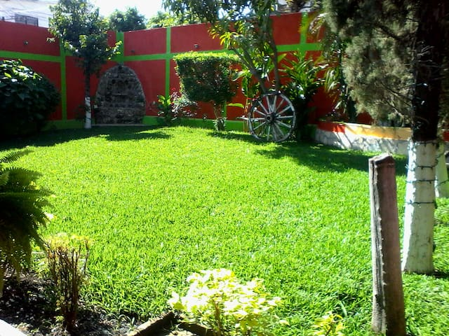 Amplio jardín para actividades diversas