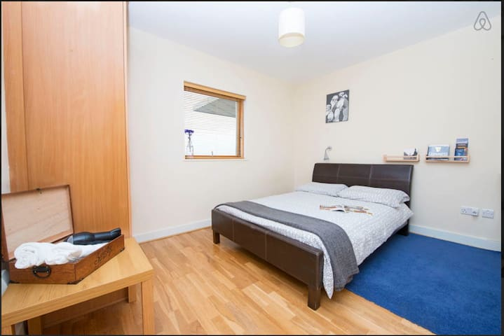 Ensuit, direct buses to City Centre lively area - Santry - Apartmen