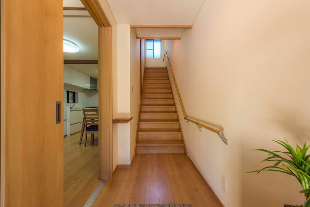 打开房门,印入眼帘的是日本设计师精心装修的全新温馨舒适的家。宽敞带有把手的楼梯不管是老人还是小孩子都是很方便的。