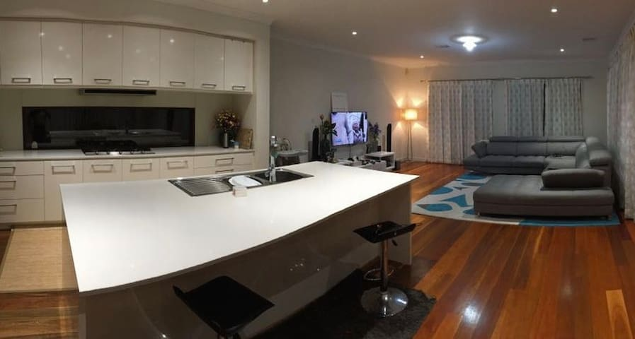 Luxurious 3BR & 3 Bath with Spa,wifi &20min to CBD - Williams Landing - House