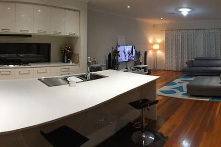 Luxurious 3BR & 3 Bath with Spa,wifi &20min to CBD - Williams Landing - 独立屋