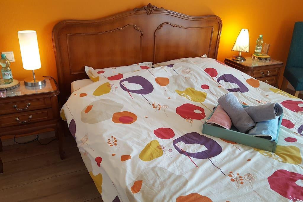 Helles und sauberes 20m2 Schlafzimmer mit einem 1.80m Doppelbett mit zwei Nachttischen / Chambre de 20m2 illuminée et propre avec un lit double de 1,80m2 et deux tables de nuit /  Bright and clean 20m2 room with 1,80m double bed with two bedside tables