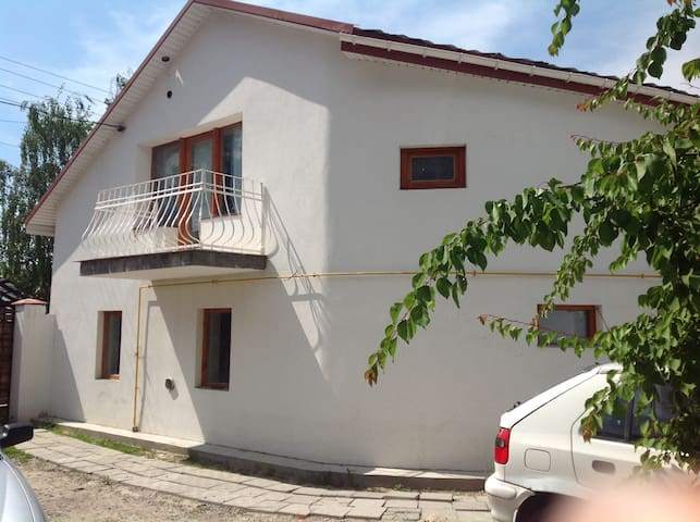 House, 15m to subway, entertainments