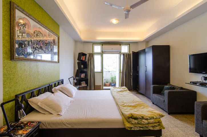 Your Room: Kingsize bed, 4 pillows, duvet with top sheet