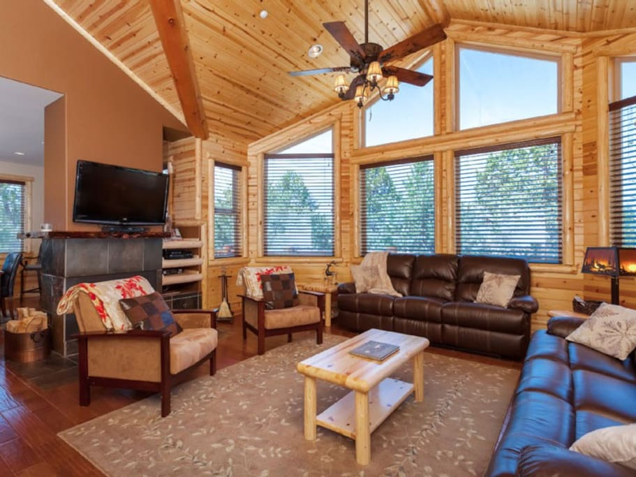 Top floor beautiful living area. Cable TV, Fast WiFi, Vaulted gleaming ceilings.
