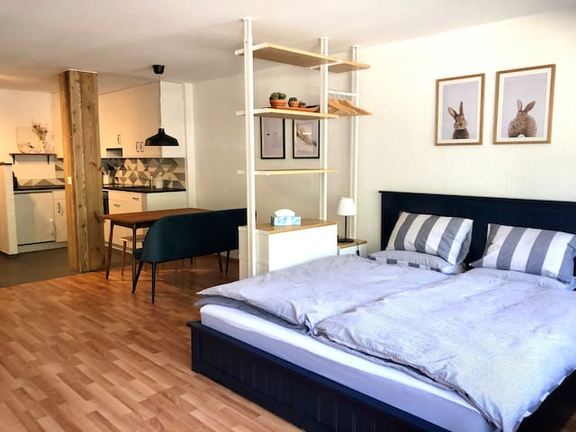Kingsize-Bed, dining table, kitchen