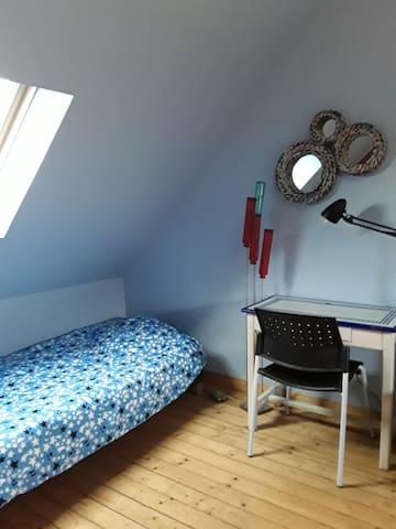 Dans cette chambre les lits peuvent être rapprochés également.