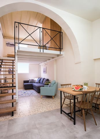 Studio apartment, Jaffa, George I