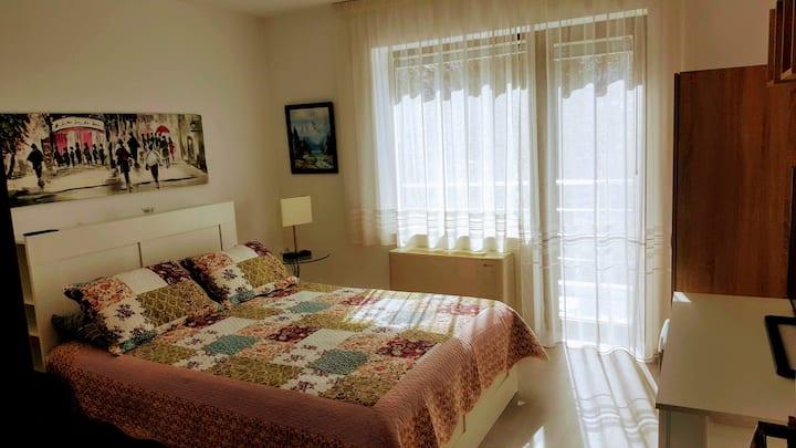 Gemütliches 2-Bett-Zimmer mit Klima, Bad, Balkon.