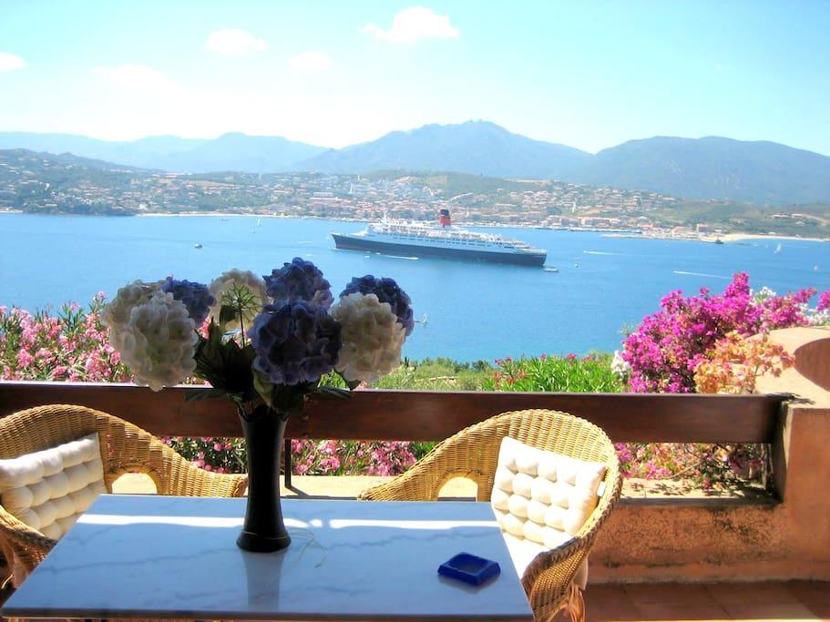 table individuelle du petit déjeuner sur la terrasse face à la mer