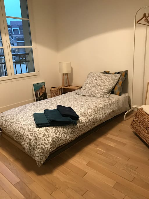 Chambre neuve place du march apartments for rent in le for Translate chambre
