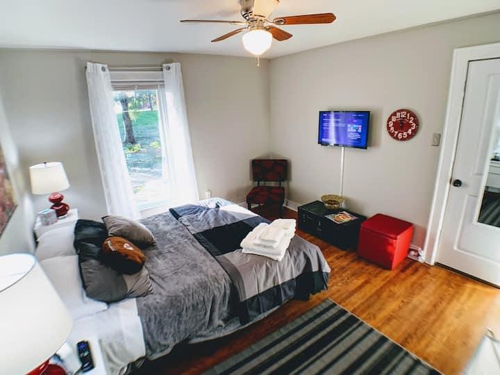"Cozy ""Arrowhead"" bedroom - Newly Renovated Mansion"