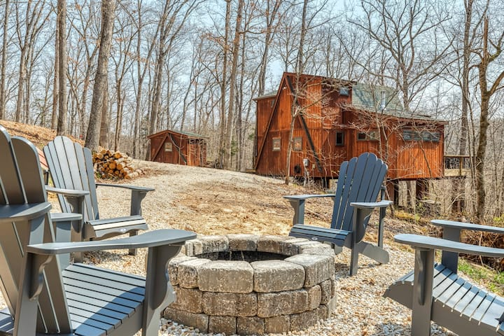 Hidden Hollow by Sarah Bernard Chalets, Private Wooded Getaway with Fireplace and Fire Pit