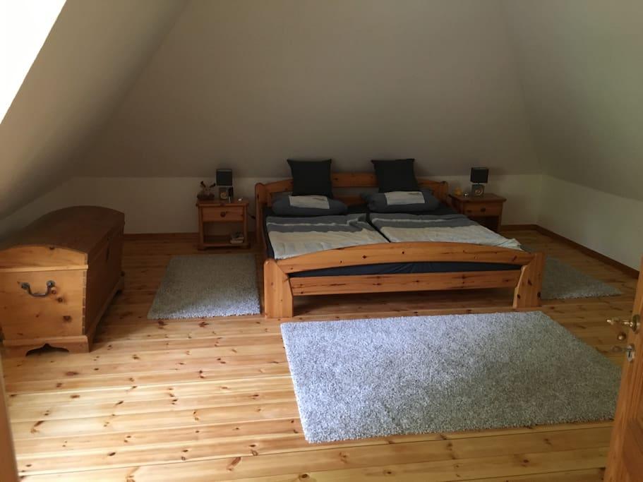 Zimmer Option 2 mit großem Doppelbett und viel Platz für 2 weitere komfortable Luftbetten