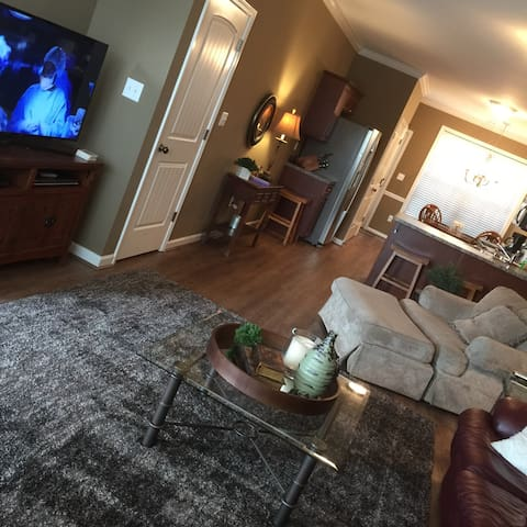 Cozy living room with Samsung TV, DVD, cable with sports and movie channels.