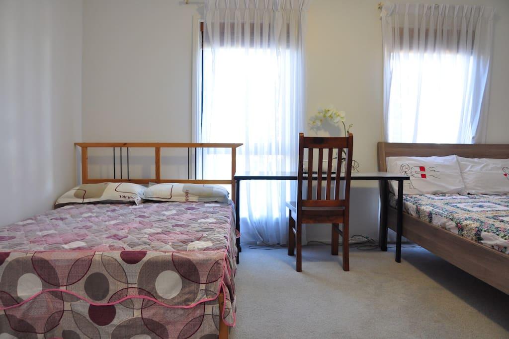1 queen bed + 1 double bed