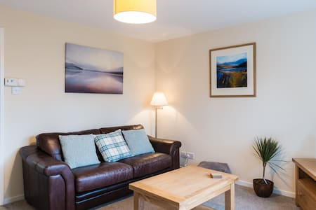 Canal Side- Modern & comfortable with free parking