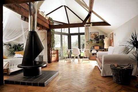 Woodsmoke Arts Studio: Boho country retreat