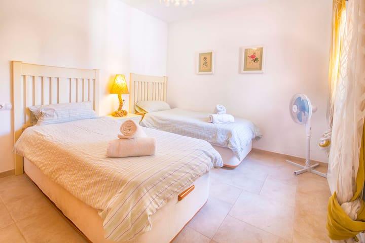 1. Habitación con dos camas individuales