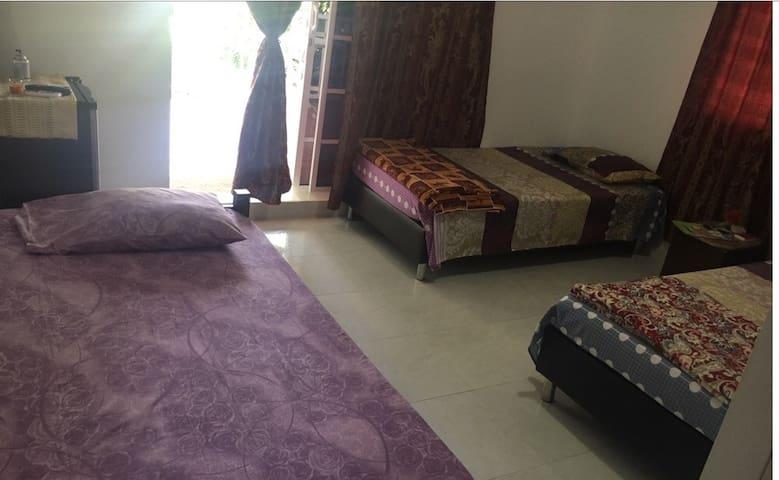 Hermosa y cómoda habitación triple cerca al mar