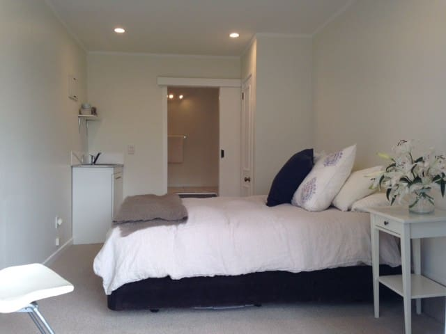 Self Contained Garden Studio close to City