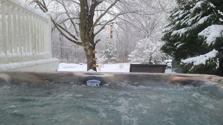 Woodsy retreat w/hot tub by Asbury park & beaches