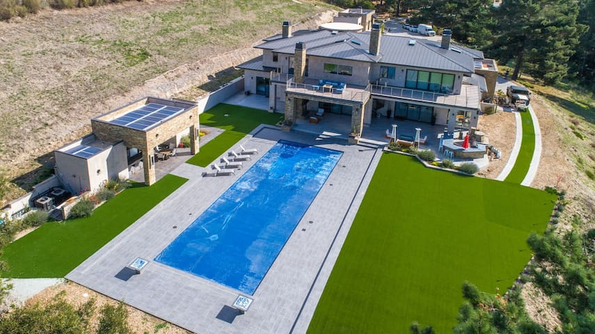 LUXURY CONTEMPORARY VILLA IN THE MIDDLE OF NATURE WITH POOL: LX1A