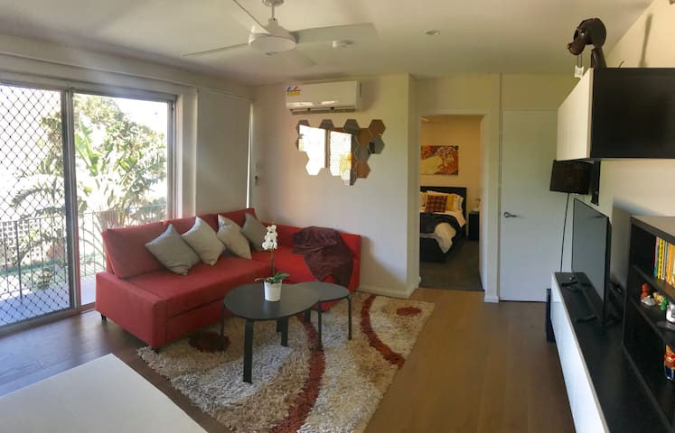 Relax in a renovated apartment in trendy Glebe