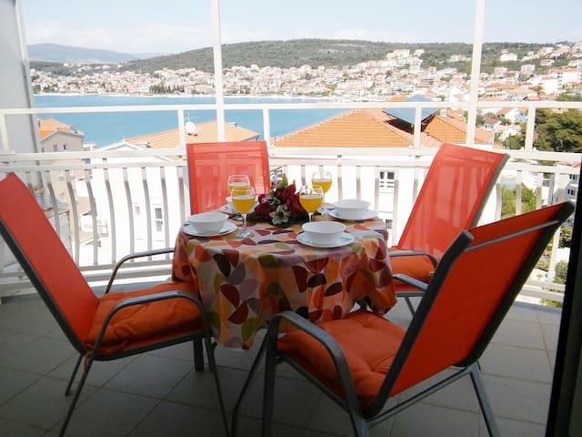 Large seaview apt, 50m to beach, 4km from Trogir