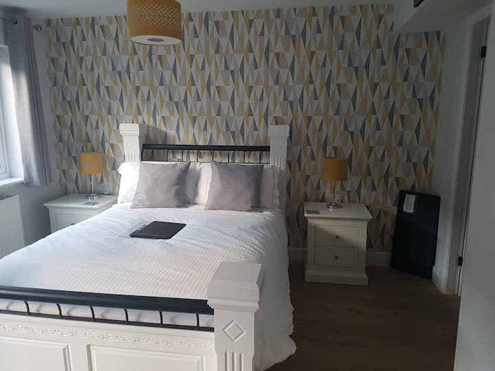 Room 5 Bowness Guest House  (dog friendly room)