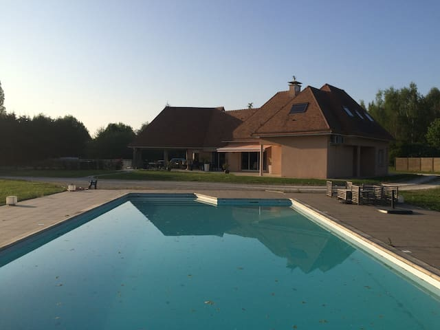 Villa chaleureuse avec piscine